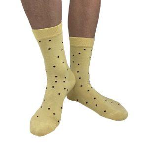 Gul strumpa med bruna prickar från Tag Socks